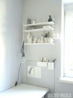 Stauraumlösung neben dem Schreibtisch mit DIY Pinnwand Bathroom Medicine Cabinet, Shelves, Home Decor, Table Desk, Writing, Shelving, Decoration Home, Room Decor, Shelving Units