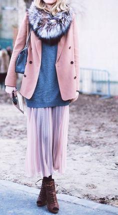 Еще одна подборка с длинными юбками (первая была здесь ). В этот раз смотрим сочетания юбок с кардиганами, теплыми жилетами, куртками, пальто и полушубками. Судя по тому, что в сети практически не встречаются полноценные зимние луки с шапками, перчатками и теплой обувью, большинство модников живет…