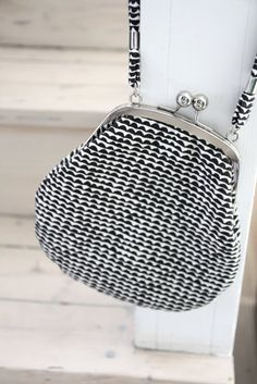 Kunde va kul å ha. Marimekko, Big Purses, Purses And Bags, Creative Textiles, Classic Style, My Style, Tiny Prints, Frame Bag, Basket Bag