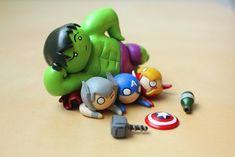 America, and Iron man being squashed under the Hulk juuuust out of reach of their respective 'weapons'. Fimo Clay, Polymer Clay Charms, Polymer Clay Projects, Polymer Clay Creations, Clay Crafts, Polymer Clay Jewelry, Pokemon Dolls, Biscuit, Cute Clay