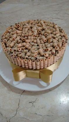 Bolo de Chocolate com recheio de brigadeiro gourmet. Enfeitado com tubets de biscoito com chocolate!