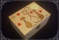 """Caja pirografiada con gatos, y adornos en fimo con colaboración de """"Las Cositas de la Niña""""..."""