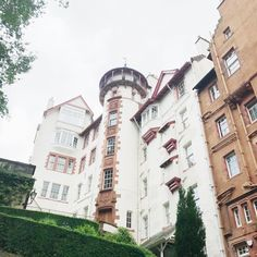 I'm so lucky to have stayed in the beautiful Ramsay Gardens in Edinburgh. There's a little apartment tour over on my YouTube channel 🎥 search sonianicolson (Edinburgh Hen Weekend) #ramsaygarden