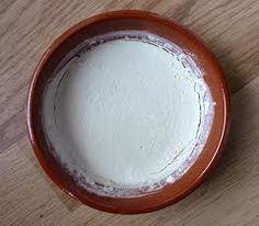 fabriquer une PIERRE-D-ARGILE Elle est idéale pour blanchir vos meubles de jardin en plastique ! Ce produit, bien qu'abrasif, ne raye pas les surfaces.Mélangez 1 part d'argile blanche en poudre,1/2 part de savon de Marseille liquide, et  quelques gouttes d'huiles essentielles (Citron, Lavandin, Pin...).Versez dans une boîte et laissez sécher.