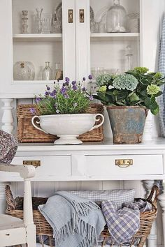Vibeke design: spring, bright and blue in the living room! Country Decor, Farmhouse Decor, Shabby Chic Bedroom Furniture, Bedroom Decor, Vibeke Design, Eclectic Decor, Cheap Home Decor, Cottage Style, Decoration