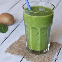 Kiwi & Spinach Smoothie - A healthy green smoothie that actually tastes good! I PROMISE you will never know there is spinach in there! Yummy Drinks, Healthy Drinks, Healthy Snacks, Healthy Eating, Healthy Recipes, Simple Recipes, Vegetarian Recipes, Clean Eating, Healthy Green Smoothies