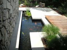 modern minimalistisch Koiteich Fische Holz Terrasse Design