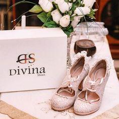 Νυφικά παπούτσια με vintage διάθεση από την Divina με χαμηλό τακούνι σε ροζ-νουντ τόνους και δαντέλα Place Cards, Place Card Holders, Wedding, Shoes, Fashion, Mariage, Moda, Zapatos, Shoes Outlet