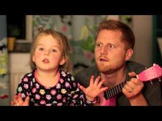 "Un padre canta con su hija de cuatro años ""Tonight you belong to me"""
