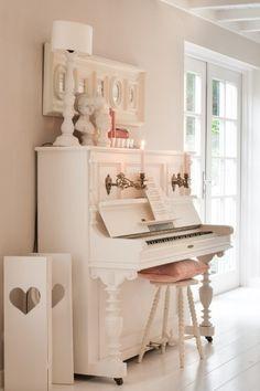 Kommt im Landhausstil immer gut: ein weißes Piano. #landhaus