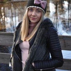 """🎀Julklappstips🎀 Ge bort en mössa som syns till någon du bryr dig om 💕 Vår reflexmössa """"Tindra"""" och fler vackra mössor hittar ni i vår webbshop. 🎁 (Länk i bio) Swedish Design, Winter Hats, Crochet Hats, Ge Bort, How To Make, Bio, Fashion, Fotografia, Knitting Hats"""