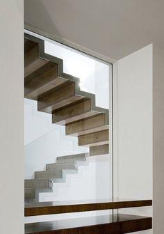 Pared ext-abrir un ventanal por el que se ve la escalera al exterior-Escaleras