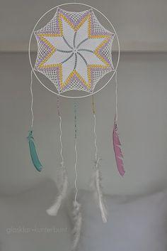 Traumfänger aus Spitzendeckchen und Lampenschirmring / Dreamcatcher made of doily and metal ring taken from lampshade