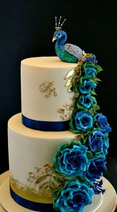 """Peacock Cake More from my site We're used to seeing wedding cakes in size """"Tall"""", in all their three- or … Wedding Ideas By Colour: Green Wedding Cakes – Bold and beautiful Gorgeous Cakes, Pretty Cakes, Cute Cakes, Amazing Cakes, Unique Cakes, Creative Cakes, Peacock Cake, Peacock Theme, Peacock Wedding Cake"""