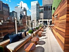 warm woods and funky furniture - Os mais badalados 'rooftops' de Nova York - Haven Rooftop, Sanctuary Hotel New York