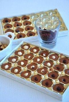 Není nic lepšího než vyrobit si v pohodlí svého domova sladké dobroty, které prodávají v obchodě. Mňamka! Czech Recipes, Russian Recipes, Fudge, Appetizer Recipes, Dessert Recipes, Fruit Roll Ups, How To Roast Hazelnuts, Candied Nuts, Polish Recipes