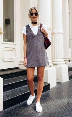 Jannid Delér, sobreposição com vestido, slip top, tênis branco.Guita Moda: Os acessórios que prometem transformar qualquer look