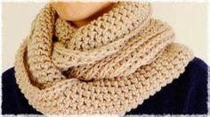 パッと見は棒針で編んだように見えて、本当はかぎ針で編んでいるスヌードです♪太めの毛糸のほうが、鎖の頭が強調されてニット風になりやすいと思いました。厚みのある編地になるので、毛、アンゴラやカシミアなど軽 Crochet Shawl, Knit Crochet, Snood Pattern, Cowl Scarf, Yarn Projects, Diy And Crafts, How To Make, How To Wear, Knitting