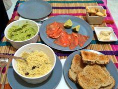 Cena saludable: tostadas integrales con guacamole y salmón ahumado con cuscus de pasas y canela