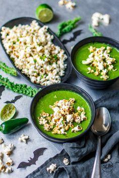Halloween Special: Giftgrüne Erbsen-Grünkohlsuppe mit feurigem Chili-Limetten-Popcorn