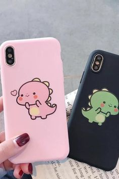The design of this iPhone case is inspired by two lovely little dinosaurs, these dinosaurs are designed in two colors, green and pink, Lovely dinosaurs iPhone case is made of soft and flexible silicone and gives you a pleasant feeling when you touch the case. Cute Iphone 7 Cases, Bling Phone Cases, Disney Phone Cases, Diy Phone Case, Iphone Phone Cases, Phone Covers, Iphone 8, Apple Iphone, Couple Cases