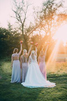 Team Bride Gruppenfoto mit Grautjungfern und Trauzeugin - Hochzeitsfotos Ideen für Multikulturelle Hochzeit mit orientalischen Elementen | Hochzeitsblog The Little Wedding Corner
