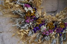 Kranz aus getrockneten Blumen und Kräutern. Венок из злаков и сухоцветов. Wieniec z suszonych kwiatów i ziół. Wreath of dried flowers and herbs.