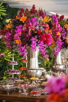 Patricia Vaks criou uma decoração de casamento com muitas cores vibrantes, além de peças de prata e elementos estampados. O cerimonial foi de Roberto Cohen.
