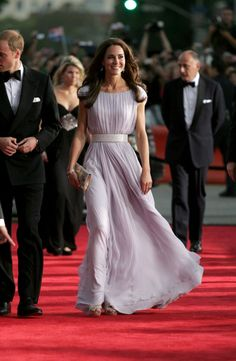 Alexander McQueen as worn by Kate Middleton - Shop favourite designers of the Duchess of Cambridge Vestidos Kate Middleton, Moda Kate Middleton, Style Kate Middleton, Kate Middleton Fashion, Kate Middleton Dress, The Duchess, Duchess Of Cambridge, Princess Kate, Real Princess