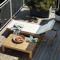Gemütliche Plätze auf dem Balkon schaffen: Die Sonnenliege aus Teakholz ist kompakt ineinander verschiebbar und verwandelt sich im Nu zum Tisch