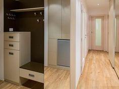 Hned vlevo za dveřmi je vyšší komoda se zásuvkami, lavice ksezení a velký...