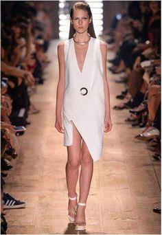 modelo usando vestido com decote profundo durante o desfile de moda