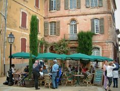 Roussillon: Square with café terrace and houses with ochre facades - France-Voyage.com