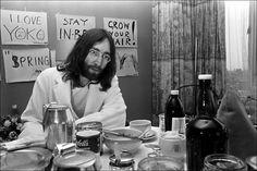 BEATLES-LEGENDE: John Lennon fotografert i 1969 på et hotell i Amsterdam. Foto: Nico Coster