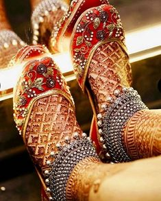 If you are shopping jewelry for your wedding then check latest Payal designs ideas 2019 for bride & her bridesmaids. Get some beautiful anklet designs 2019 that will make your feet look gorgeous. Payal Designs Silver, Silver Payal, Silver Anklets, Silver Jewelry, Silver Ring, Gold Anklet, Hammered Silver, Sterling Silver, Bridal Mehndi Designs