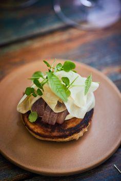 Blinis med sild og sager - Madet Mere Hamburger, Sushi, Bacon, Ethnic Recipes, Food, Hamburgers, Burgers, Meals