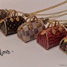 Those necklaces are composeed of a miniature 1:12 scale completely handmade by me with polymer clay.   The bags are about 2,5 cm long. They are finished with acrilic paint and gloss varnish.