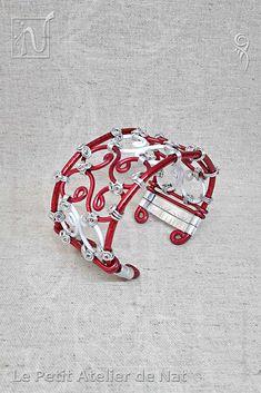 Réalisation [ Fait-Main ] avec du fil d'aluminium (Ø0,8/Ø2 strié/Ø3/Ø5 plat) de couleurs Rouge et Blanc. Ce bracelet, du monde des féeries et de la fantaisie, se porte tant dans la vie de tous les jours qu'à Noël et/ou au cours d'événements festifs que ce soit pour un anniversaire ou une convention Cosplay. Original et unique, Fait-Main, ce bracelet en métal Aluminium, hypoallergénique, est à croquer d'envie.