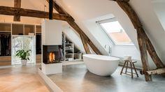 Heerlijk baden in een Corian bad met een vrijstaande gashaard ernaast.