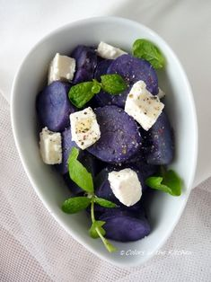 Colors in the Kitchen: Lila burgonya fetával, mentával Blue Potatoes, Naan, Fruit Salad, Acai Bowl, Diet Recipes, Breakfast, Colors, Kitchen, Leaves