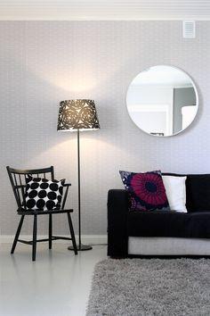 Vintage, retro. Käsinojallinen pinnatuoli, 50-luvun nojatuoli, valkoiseksi maalattu pyöreä peili ja jalkalamppu Ikeasta, Marimekon tyynyt. 50's armchair, round mirror painted white and floor lamp from Ikea, Marimekko pillows.