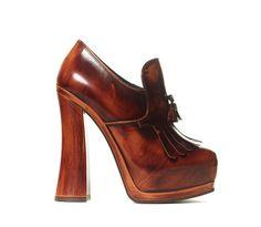 Miu Miu mocassins à talons http://www.vogue.fr/mode/shopping/diaporama/cadeaux-de-noel-ambre/11026/image/654011#miu-miu-mocassins-a-talons