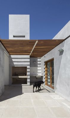 Image 5 of 21 from gallery of House in La Pampa / Hernán Gastelú. Photograph by Gustavo Frittegotto Design Exterior, Modern Exterior, Outdoor Living Areas, Outdoor Spaces, Outdoor Decor, Rustic Backyard, Backyard Patio, Patio Interior, Interior And Exterior