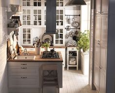 Downsizing to a small kitchen. Slóðin liggur bara á síðuna, leita að myndinni. Skoða skipulagið. This pin leads only to the website, not the picture itself. I want to take a better look at the organising in the kitchen.