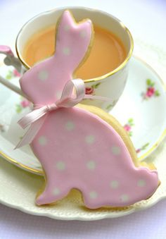 How to make Polka Dot Easter Bunny Sugar Cookies + Royal Icing 101 (cookie decorating icing shape) Iced Cookies, Easter Cookies, Easter Treats, Cookies Et Biscuits, Sugar Cookies, Hoppy Easter, Easter Bunny, Easter Eggs, Easter Food