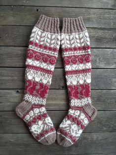 Metsäretket, malli Niina Laitinen Knit Mittens, Knitting Socks, Baby Knitting, Mitten Gloves, Granny Square Sweater, Diy Crafts Knitting, Work Socks, Cardigan Pattern, Baby Socks