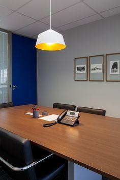 Two Design | Heads Propaganda Sala de reunião com cores neutras, pendente branco e mobiliário contemporâneo.