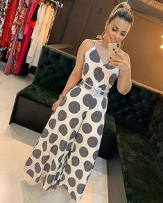 A imagem pode conter: 1 pessoa, área interna Warm Outfits, Girly Outfits, Skirt Outfits, Trendy Outfits, Saturday Outfit, Beachwear Fashion, Check Dress, Elegant Outfit, Simple Dresses