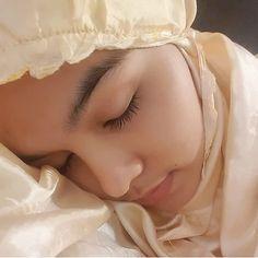 "411 Suka, 9 Komentar - amelia-putri (@amelia.putri1667) di Instagram: ""sholat dlu biar tenang  Assalamualaikum . .follow ya kk . . #lfl #fff #daraaceh #hijabcantik…"" Beautiful Hijab Girl, Girl Hijab, Muslim Fashion, Asian Beauty, Photo And Video, Womens Fashion, Model, Vivid Dream, Instagram"