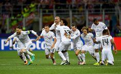 Ch L.-Endspiel : Real Madrid - A.Madrid 1:1/4:3 n.E.-Moment des Glücks: Unmittelbar nachdem Cristiano Ronaldo Real zum Sieg geschossen hat, stürmten Mitspieler in Richtung des Portugiesen.